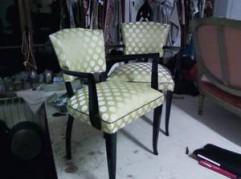 fauteuil bridge laqué noir avec un tissu satiné et passepoil en devanture