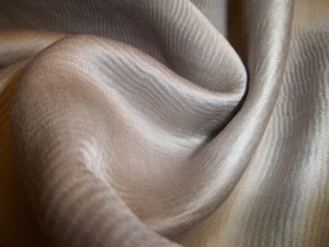 tissu satiné joli tombé ondulé de  rideaux-dabovilletapissierpau